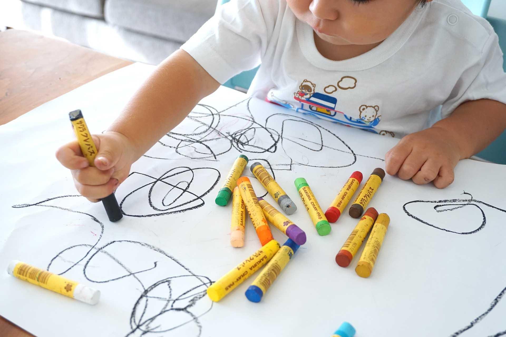 子供がお絵かきしている画像